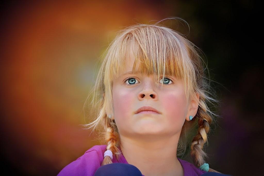 zamyślona-dziewczynka